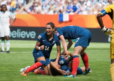 Marie-Laure Delie félicitée par ses partenaires et la joie de Louisa Necib, élue joueuse du match