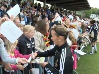 Inka Grings signe des autographes devant un public venu en nombre (DFB)