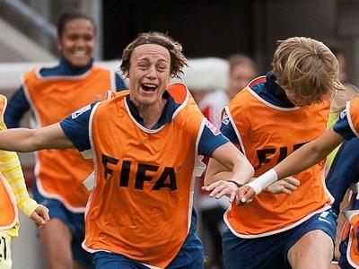 Soubeyrand et les joueuses remplaçantes quittant le banc (photo : Eric Baledent)