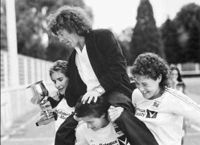 à gauche avec son entraîneur Yvan Le Quéré lors du titre décroché en 1989 (photo DR)