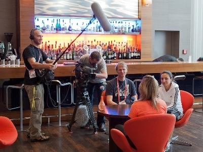 Louisa Necib interrogée par une chaîne allemande lors du Mondial (photo : Eric Baledent)