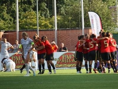 Alba Pomares, félicitée, inscrit un but décisif dans les arrêts de jeu