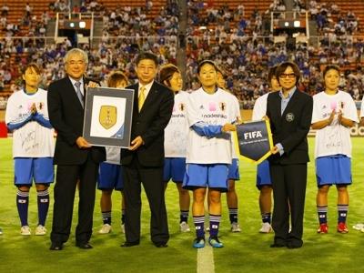 Remise de l'insigne des championnes du monde de la FIFA aux Japonaises