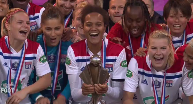 Wendie Renard soulève le trophée (capture image TV)