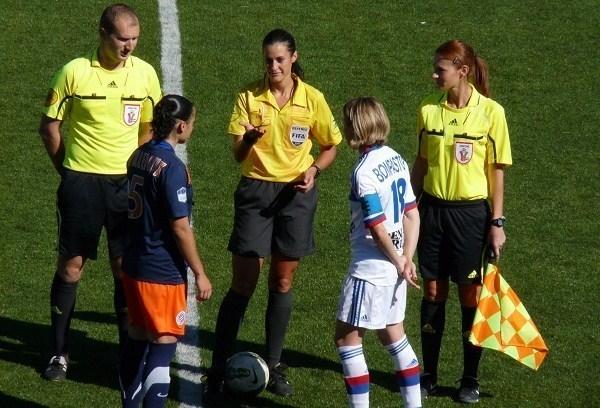 Ici lors du toss avec Séverine Zinck, Ophélie Meilleroux (n°5) et Sonia Bompastor (n°18)