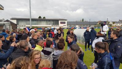 Séance de dédicaces à la fin de l'entraînement (photo Ligue Bretagne)