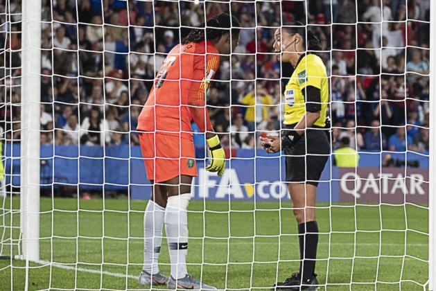 L'arbitre rappelle la règle à la gardienne nigeriane (photo Eric Baledent/FOF)
