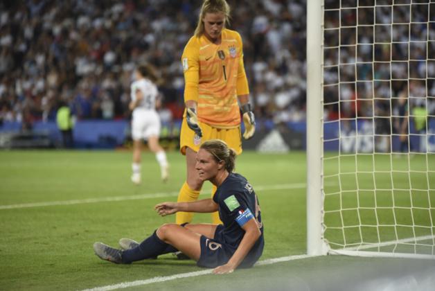 Amandine Henry à terre à l'image de la déception tricolore (photo Frédérique Grando/FOF)
