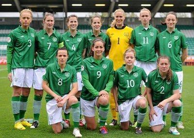 Fiona O'Sullivan au centre avec la sélection irlandaise (n°9)