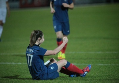 Gaëtane Thiney heureuse après son trentième but en Bleue (Photo : Antonio Mesa - fff.fr)