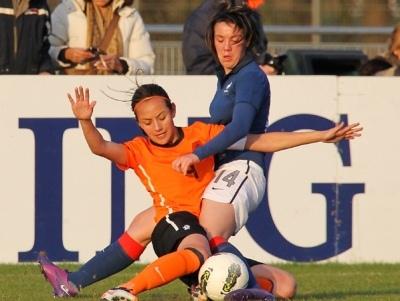 Le Bihan et Tang au duel (photo Leo Soeters/vrouwenvoetbalnederland.nl)