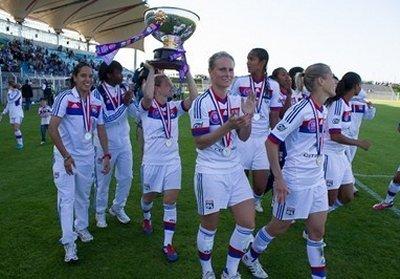 Les Lyonnaises heuresues de remporter leur quatrième trophée (Photo William Morice/LMP)