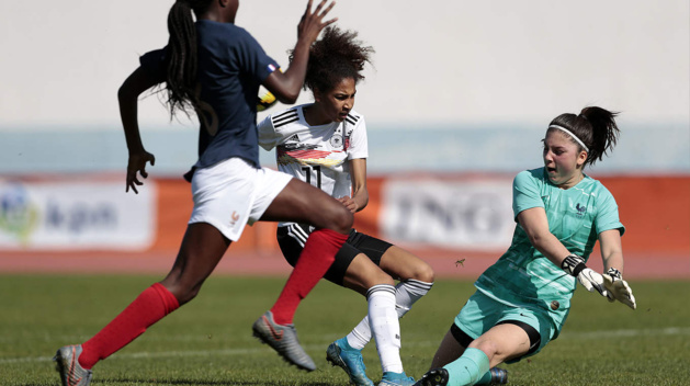 Emma Francart s'interpose devant Cora Zicai (photo DFB)