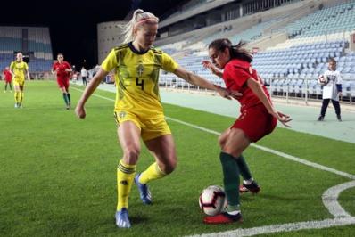 La joueuse du PSG Hanna Glas à gauche devant Faria (photo FPF)