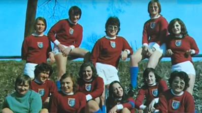 L'équipe alsacienne du FC Schwindratzheim avec Marie-Lou Duringer en bas, troisième en partant de la droite (photo DR)