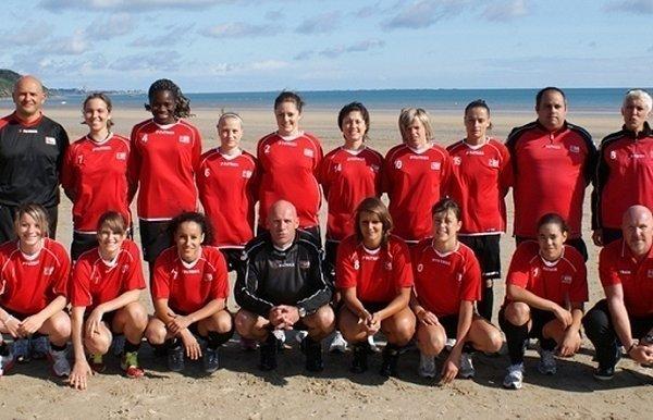13 joueuses étaient présentes dimanche matin sur la plage des Rosaires (photo EAGuingamp.com)