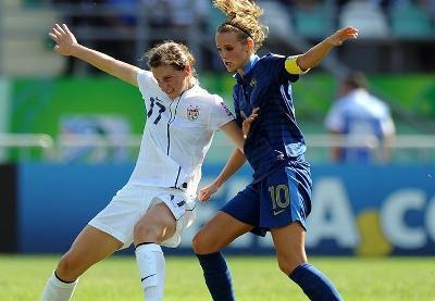 Andi Sullivan à la lutte avec Sandie Toletti (photo fifa.com)