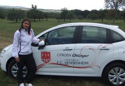 Aurélie Mula aux côtés de sa nouvelle voiture (photo club)