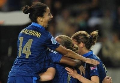Ghoutia Karchouni, passeuse décisive, venue féliciter Léa Declercq la buteuse (photo fifa.com)