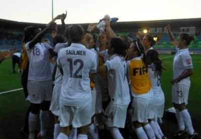 Le groupe à la fête après leur victoire contre la Gambie