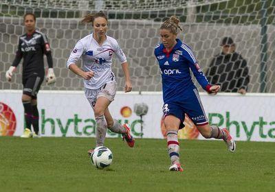 Camille Abily face à Gaëtane Thiney lors du match à Juvisy remporté 4-0 par Lyon (Photo : William Morice)