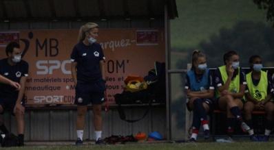 La coach lilloise et les remplaçantes ce jeudi en match amical (photo Sébastien Duret)