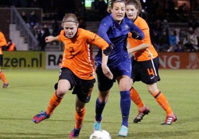 Lavogez dispute le ballon avec Becx (photo vrouwenvoetbalniews)