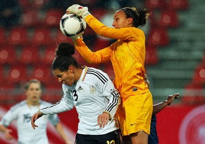 Sarah Bouhaddi, plus haut que Celia Okoyino Da Mbabi (photo dfb.de)