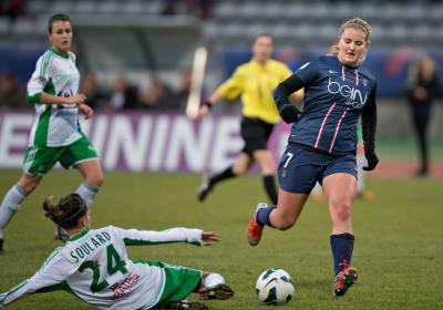 Amandine Soulard tacle devant Lindsey Horan (photo Gilles Laurent/LMP)