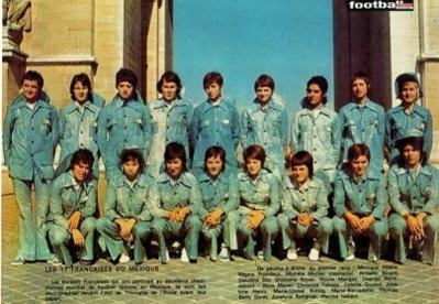 Aline Meyer, debout à gauche devant l'Arc de Triomphe avant le départ pour le Mexique en 1971 (photo France Football officiel)