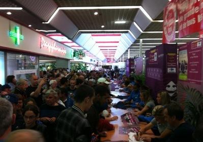 Les joueuses de l'Equipe de France de Football rencontrent leurs supporters au magasin Carrefour de Mont-Saint-Aignan