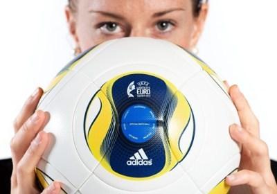Lotta Schelin et le ballon de l'Euro 2013 (source UEFA)