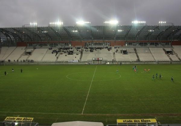 La rencontre se déroule dans l'antre du GF38, le stade des Alpes de Grenoble