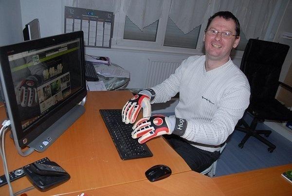 Eric Gombert prend toujours des gants pour s'occuper de ses gardiens...