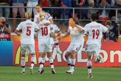 Les Danoises exultent. Rasmussen vient d'inscrire le premier but de son équipe.
