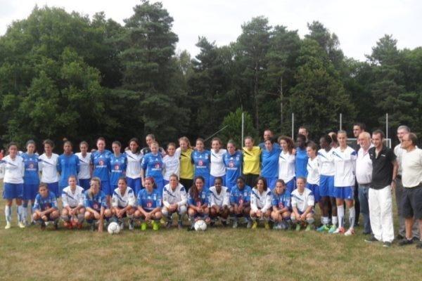Les deux équipes avant le coup d'envoi (photo Christophe Ringaud)