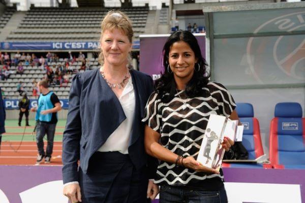 Shirley Cruz a reçu son trophée de meilleure joueuse de D1 avant le match contre Muret (Photo : psg.fr)