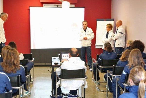 Philippe Bergerôo, à gauche, le médecin Fabrice Bryand, au centre et les deux kinés-ostéos à droite (photo Antonio Mesa/fff.fr)