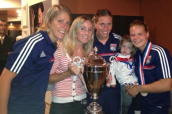 Sabrina Viguier, Sonia Bompastor, Camille Abily et Eugénie Le Sommer avec la coupe du championnat (Photo : twitter Camille Abily)