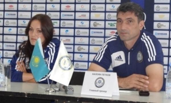 Petkov à droite, à la tête de la sélection kazakhe (photo SKZ)
