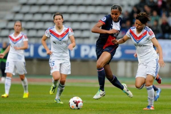 Marie-Laure Delie n'aura pas eu la partie facile, ici au duel avec Saki Kumagai (photo C Gavelle/PSG)