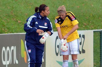 Sarah Bouhaddi donne les gants à Corine Franco. Lyon a trouvé sa troisième gardienne ? (Photo : Alex Ortega)