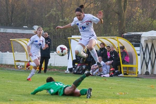 Envolée de Sandrine Brétigny, buteuse contre Hénin (photo W Morice/FCF Juvisy)