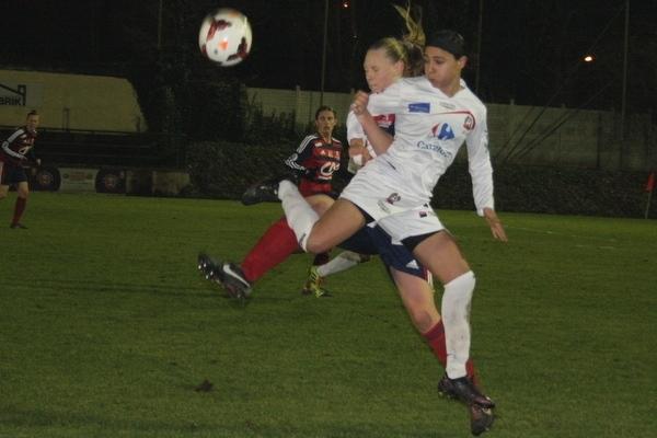 Charlotte Saint-Sans Levacher, par son engagement, oblige ses adversaires à des prises de balle peu orthodoxes.