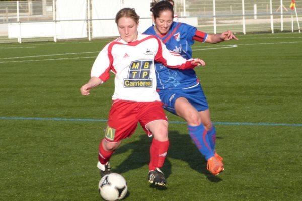 Les filles du FC Nivolet (DH), en rouge et blanc ont fait chuter Aulnat (DH) en seconde période. (photo d'archive)
