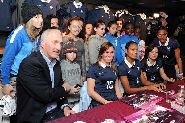 Philippe Bergerôo avec Camille Abily, Wendie Renard, Laure Boulleau et Marie-Laure Delie (photo FFF)