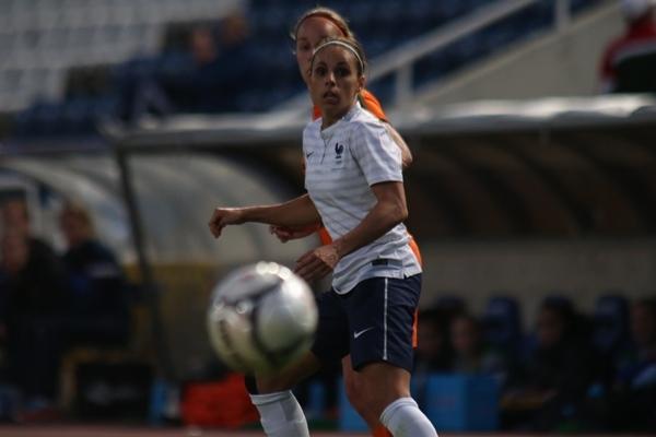 Jessica Houara a débuté le tournoi arrière droit, et évolue arrière gauche après la blessure de Laure Boulleau (photo Sébastien Duret)