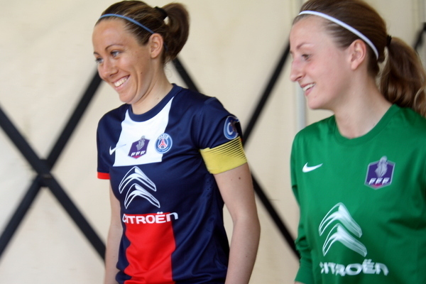 Les deux capitaines, Marie Schepers, et Sabrina Delannoy, tout sourire avant d'entrer sur la pelouse.
