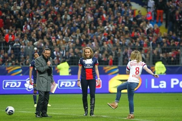 La finale de la Coupe de la Ligue OL-PSG samedi soir a vu Sonia Bompastor (OL) et Sabrina Delannoy (PSG) donner le coup d'envoi fictif sur une initiative de la LFP