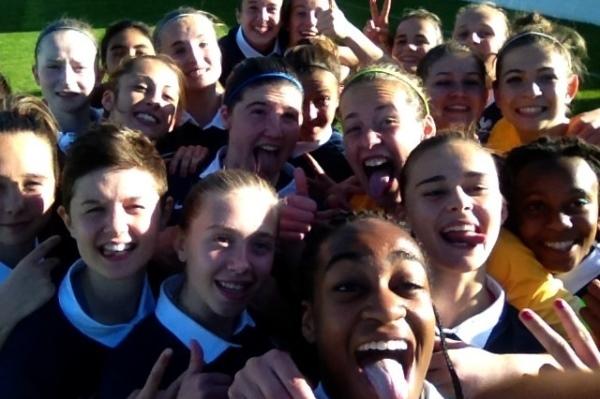 """Les U16 se portent bien avec un """"Selfie"""" pour célébrer la victoire"""
